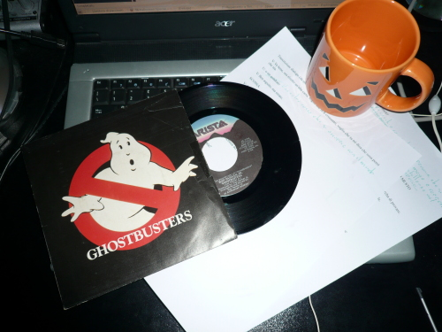Buon Halloween da Tecnica Arcana - Foto: portatile, 45 giri di ghostbusters, script dell'introduzione