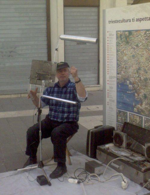 Un artista suona il theremin per le vie di Trieste